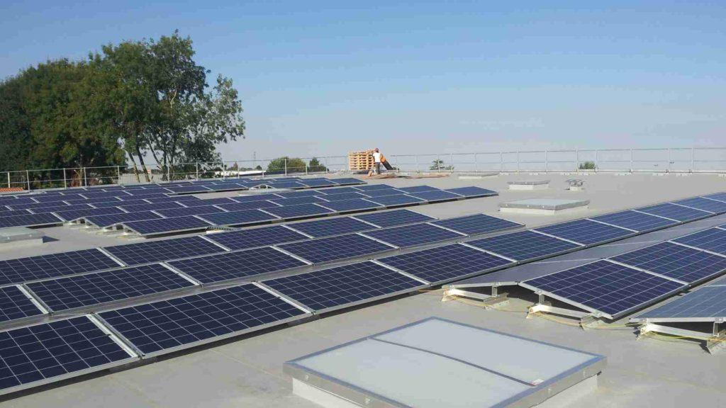 installation photovoltaïque en toiture de commerce